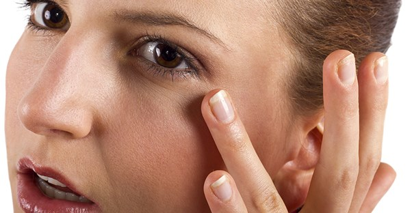 woman trying to heal her stye using natural remedies