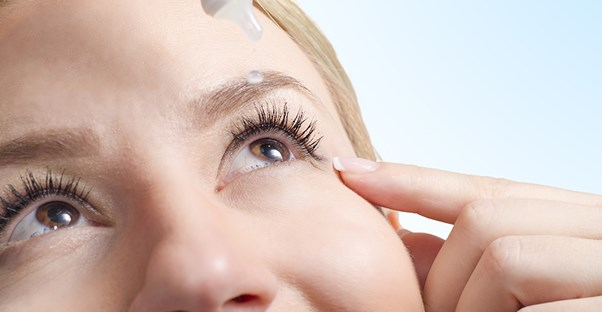 woman using eye drops to help with her dry itchy eyes