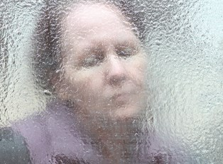 a woman displays bipolar symptoms