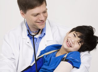 a boy experiencing cerebral palsy signs and symptoms
