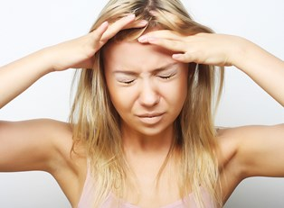 a woman experiencing cluster headaches