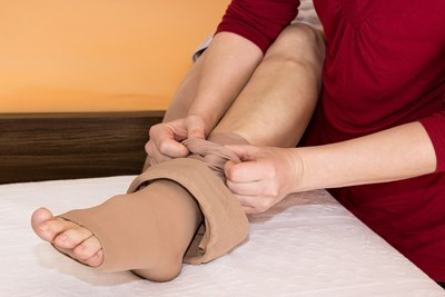 A woman prevents deep vein thrombosis